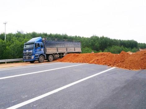 Né trạm BOT, xe khách, xe tải ồ ạt chạy 'chui' trên cao tốc chưa hoàn thiện