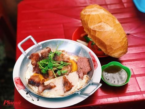 Thử một lần 'phát nghiện' với bánh mì chảo độc nhất Sài Gòn ăn cùng sườn ram