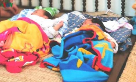 Mẹ Việt Nam bồng con sang bán cho người Trung Quốc