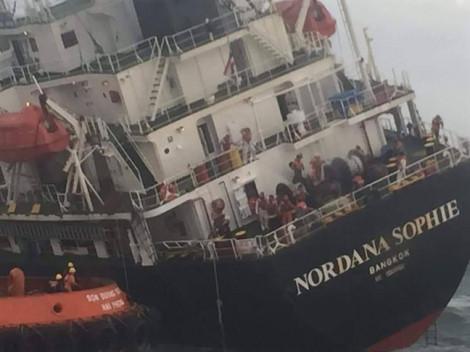 Vụ tàu 9.000 tấn chìm trên biển Hà Tĩnh: Lên phương án xử lý 180 tấn dầu bắt đầu tràn