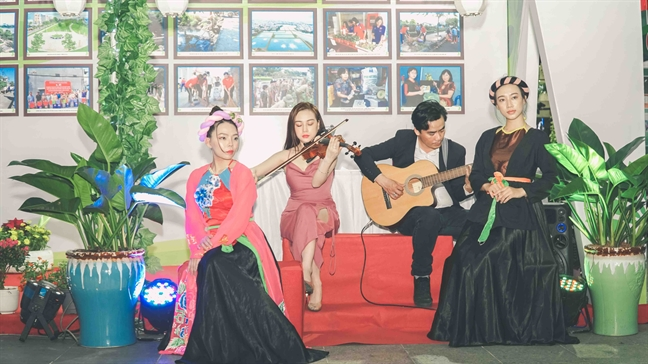 Tieng vi cam 'niu' chan du khach tren duong di bo Nguyen Hue