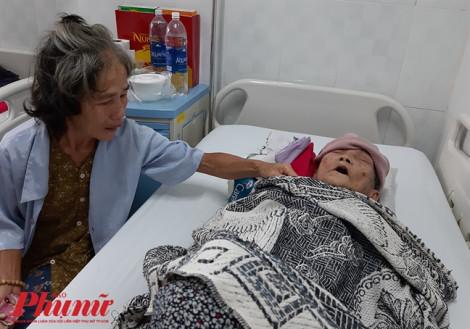 Bật khóc khi lần đầu mẹ được khám bệnh