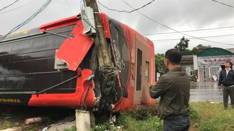Người dân dùng búa đập kính xe khách bị lật cứu nhiều người