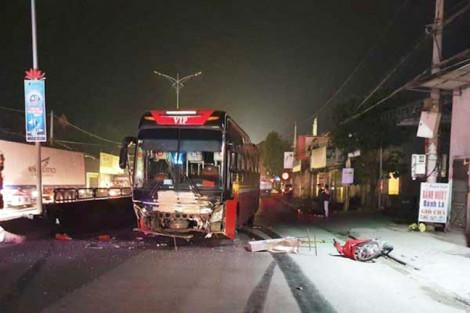 Bị xe khách tông khi sang đường, 3 người thương vong