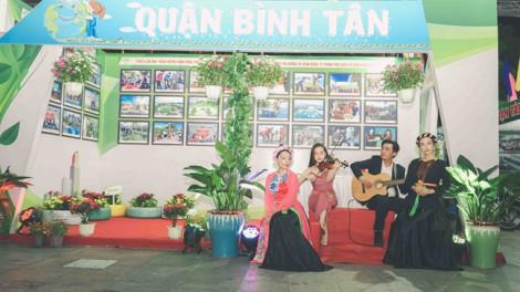 Tiếng vĩ cầm 'níu' chân du khách trên đường đi bộ Nguyễn Huệ