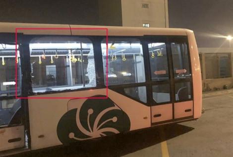 Xe hàng va xe buýt trong sân bay Tân Sơn Nhất, kính vỡ văng trúng khách