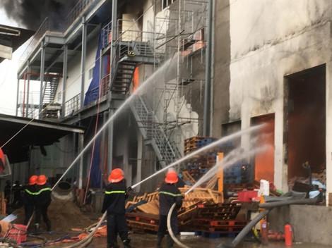 Đang cháy lớn tại công ty sản xuất bánh kẹo trong khu công nghiệp Sóng Thần