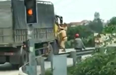 Tài xế nhấn ga bỏ chạy kéo theo hai cảnh sát giao thông trên cabin