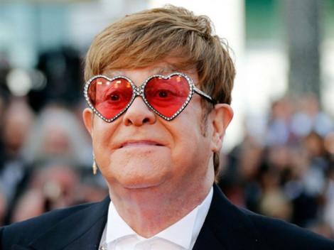 Elton John chửi tục ngay trên sân khấu