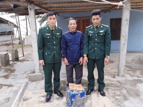 Lại phát hiện thêm can nhựa chứa 21 gói nilon có chữ Trung Quốc nghi heroin