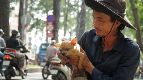 Người đàn ông nghèo 10 năm rong ruổi cùng bầy chó trên xe