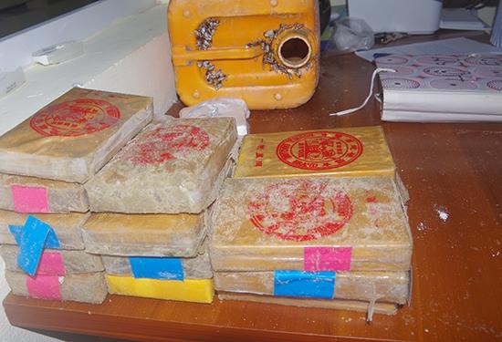Dan lang chai Quang Nam nhat them mot banh nghi heroin troi dat vao bo bien