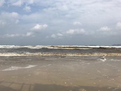 Người dân phát hoảng khi nước biển gần Khu kinh tế Dung Quất đổi màu đen