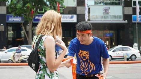 'Tiếp tế' mì gói phục vụ cổ động viên trận Việt Nam – Thái Lan tại đường đi bộ Nguyễn Huệ