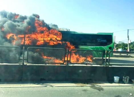 Xe khách giường nằm bốc cháy ngùn ngụt trên đường, hành khách hoảng loạn tháo chạy