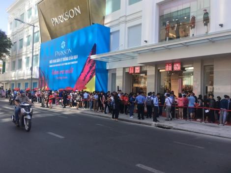 Để cả ngàn người Sài Gòn xếp hàng ngày khai trương, hãng thời trang Nhật làm điều bất ngờ