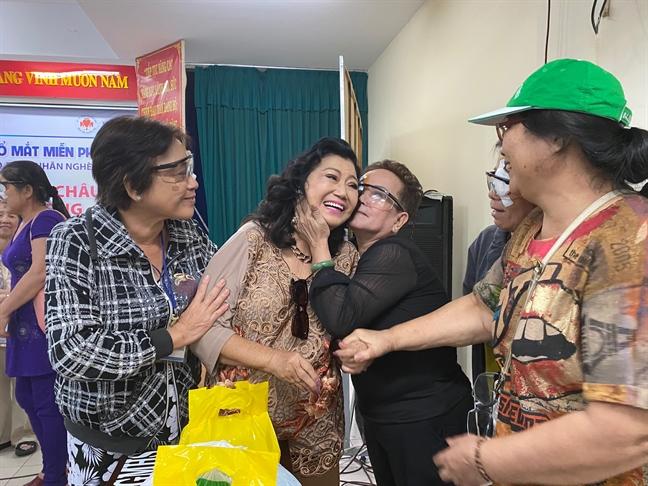 Vua khoi benh, NSND Kim Cuong da giup nguoi ngheo mo mat