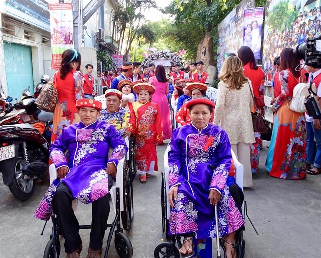 Hoa hau Viet Nam Tran Tieu Vy truyen cam hung song cho hang tram tre em khuyet tat