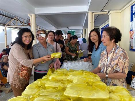 Vừa khỏi bệnh, NSND Kim Cương đã giúp người nghèo mổ mắt