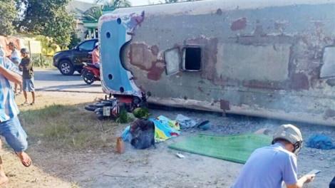 Xe đưa đón công nhân lật đè xe máy, 2 người chết, 11 người bị thương