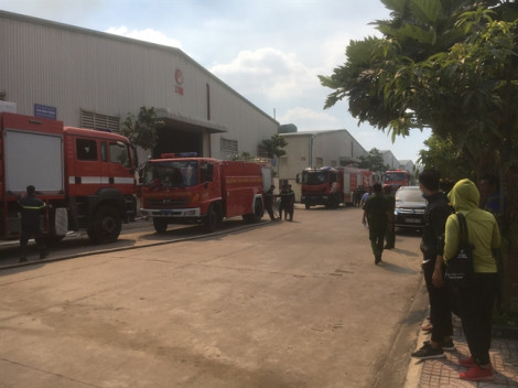 2 công ty chung nhà xưởng bốc cháy dữ dội, công nhân ôm đồ tháo chạy