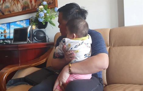 Tạm giữ người giúp việc cầm chân dốc ngược bé gái 14 tháng