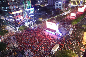 Người hâm mộ cả nước nhộn nhịp xuống đường cổ vũ tuyển Việt Nam