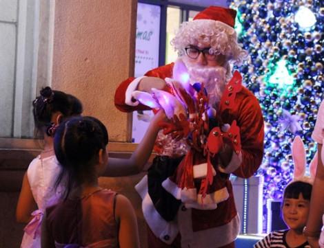 Mỗi lần thuê 'ông già Noel' tặng quà cho con giá bao nhiêu?