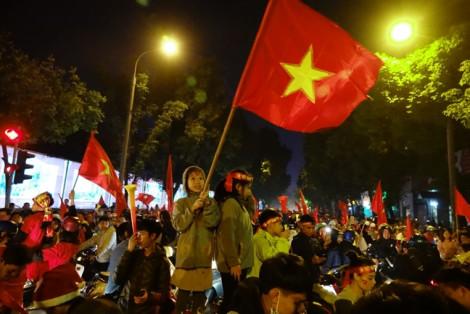 Bất chấp trời lạnh, nhiều người 'đi bão' sau khi Việt Nam vô địch SEA Games