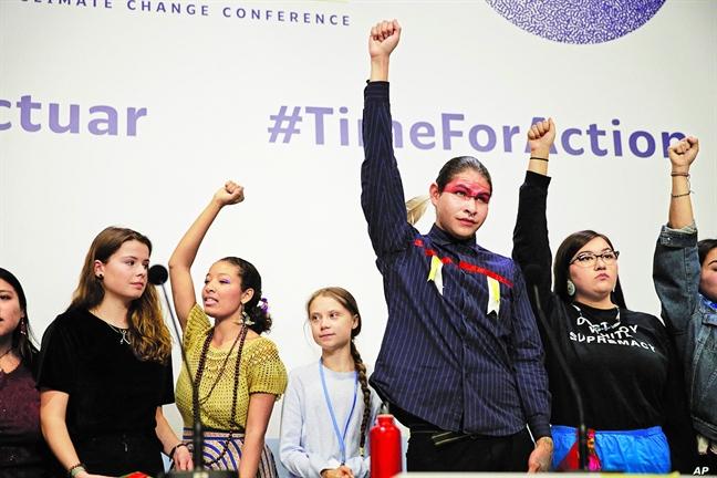 Nha hoat dong vi khi hau tre tuoi Greta Thunberg ung ho cac cong dong ban dia dau tranh