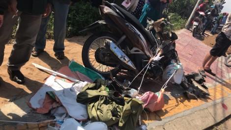 Tai nạn hy hữu: Dù bay vướng xe máy, khiến xe ben lao xuống mương, tài xế mắc kẹt trong cabin