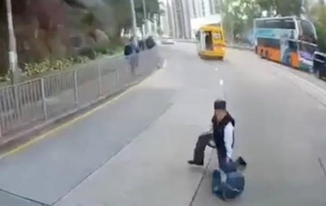 Học sinh rơi khỏi xe buýt đang chạy, suýt bị xe phía sau tông trúng