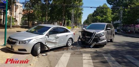 Clip: 2 ô tô chạy ẩu, tông nhau chát chúa như phim... hành động