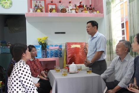 Trao mái ấm cho phụ nữ dân tộc Hoa đơn thân nuôi cha già 88 tuổi