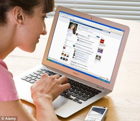 Nhìn Facebook người yêu mà ớn lạnh