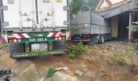 Xe container và xe tải lao vào nhà dân, bốn người đang ngủ thoát chết trong gang tấc