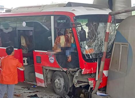 Xe khách tông vào trạm thu phí, 5 người bị thương