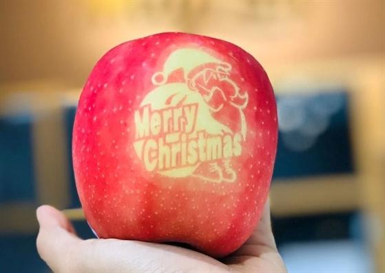 Tao in chu 'Merry Christmas' ban nua trieu dong/trai dip Giang sinh