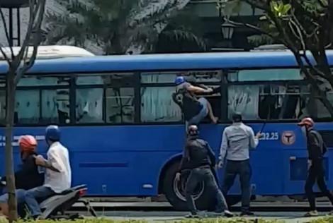 Côn đồ vác mã tấu đập phá xe buýt đang chở khách: Do mâu thuẫn nhiều ngày trước
