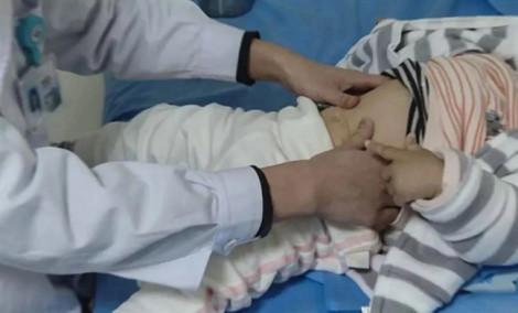 Bé gái 4 tháng tuổi chết do mát xa chữa cảm lạnh