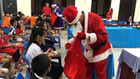 Q.Tân Phú: Trẻ em mái ấm và thiếu nhi khó khăn vui giáng sinh cùng ông già Noel
