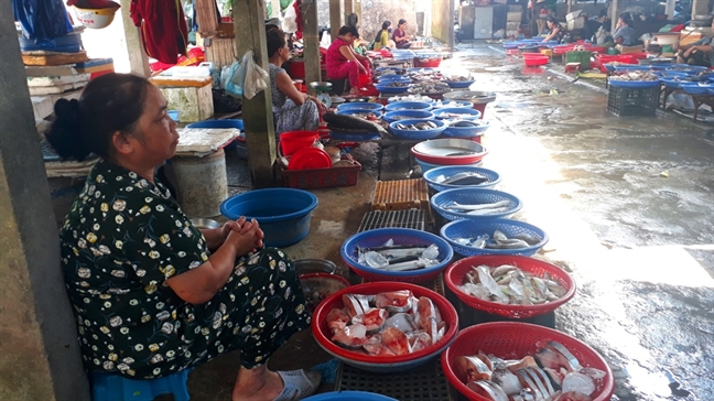 Khu cho la lung, tieu thuong phai bo lan loc de vao buon ban