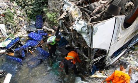 Xe buýt lao xuống vực ở Indonesia, ít nhất 24 người thiệt mạng