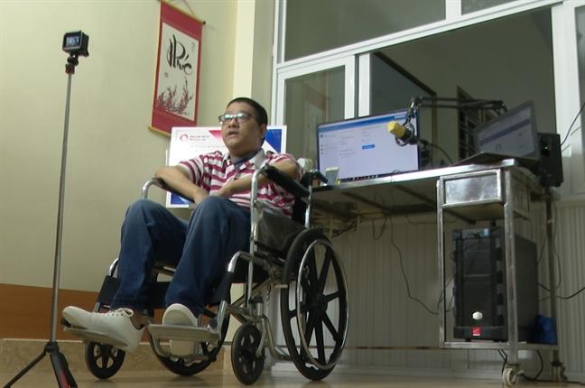 Chang trai liet tu chi lap kenh YouTube de giup do nguoi khuyet tat
