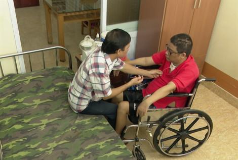 Chàng trai liệt tứ chi lập kênh YouTube để giúp đỡ người khuyết tật