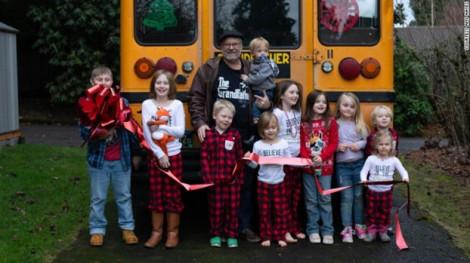 Món quà Giáng sinh của ông là chiếc xe buýt chở 10 cháu đi học hàng ngày