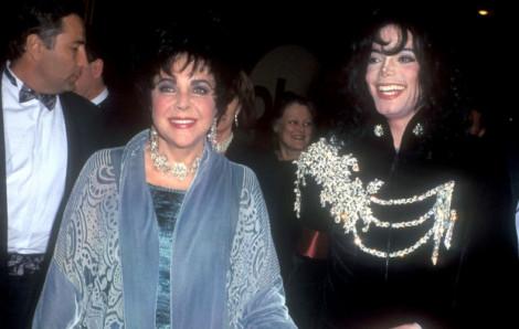 Tự ý thu gọn tay áo khoác của Michael Jackson, vợ chồng Kim Kardashian bị chỉ trích