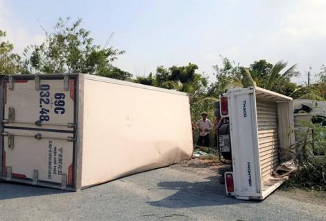 Hai xe tải đối đầu rồi lật ngang như 'phim hành động'