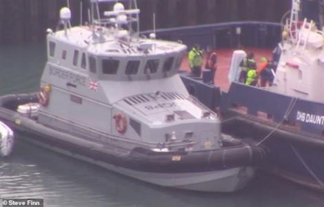 Biên phòng Anh và Pháp chặn 3 tàu chở hàng chục người nhập cư trái phép vượt eo biển Manche