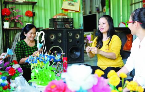 Làm hoa từ rác